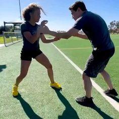 Kickboxing Workout, Gym Workout Tips, Workout Videos, Self Defense Moves, Self Defense Martial Arts, Martial Arts Techniques, Self Defense Techniques, Martial Arts Workout, Martial Arts Training