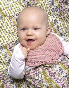 Hjemmelavede hagesmække ser fint ud, i den periode hvor babyen savler meget. Crochet Baby Bibs, Crochet For Kids, Diy Crochet, Baby Knitting Patterns, Baby Patterns, Homemade Baby Clothes, Baby Barn, Baby Vest, Crochet Books