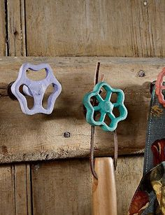 Cute for a garden shed! Reuse old faucet handles as hooks - Cute for a garden shed! Reuse old faucet handles as hooks Do It Yourself Furniture, Ideias Diy, Faucet Handles, Yard Art, Home Projects, Repurposed, Recycling, Creations, Diy Crafts