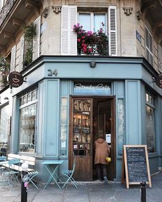 Corner Paris cafes ☕️ (If I could somehow re-create this, the color, the architecture, the simplicity yet the uniqueness. The ease and comfort and relaxed feeling.that would be an amazing gift to have back here in the states. Diy Interior Doors, Cafe Interior, Cafe Bistro, Cafe Bar, Restaurant Bleu, European Cafe, Corner Cafe, Corner Door, Blue Cafe