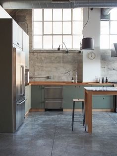 Base linoleum in the color 'olive' with handles of natural oak The worktop is solid oak The post Inspiration: Long Beach in California, USA appeared first on Best Pins for Yours - Kitchen Decoration Kitchen Cabinet Handles, Kitchen Cabinet Design, Kitchen Interior, New Kitchen, Kitchen Decor, Olive Kitchen, Kitchen Ideas, Interior Modern, Kitchen Hacks