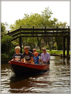 One of the most popular family day trips in the Netherlands: in a boat through the picturesque village of Giethoorn. Holland Cities, Visit Holland, Cool Places To Visit, Places To Go, Holland Beach, Padi Diving, Scuba Diving, Diving Course, Family Day