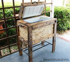Rustic Cooler Box from Recycled Pallets — BeachBumLivin | Awesome DIY Furniture Project Ideas | Tutorials on distressing, antiquing, and building pallet furniture