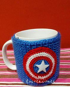 Cubre tazas Capitán América Fast Crochet, Crochet Home, Crochet Chain Stitch, Crochet Mug Cozy, Coffee Cup Cozy, Cozy Cover, Crochet Kitchen, Crochet Patterns, Mugs