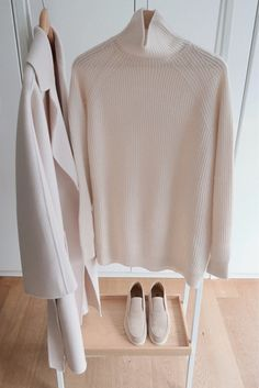 Max Mara coat and knitwear. My Unique Style, My Style, Curvy Style, Business Casual Outfits For Women, Business Attire, Curvy Outfits, Work Outfits, Curvy Petite Fashion, Neutral Outfit
