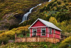 Questa casa accanto alla cascata nella valle di Isafjordur
