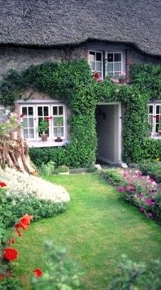 Quaint cottage in Adare, Co. Limerick, Ireland • photo: The Illustrated Dublin Journal on Button Willow Chronicles