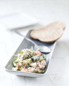 Gezond eten op je werk hoeft helemaal niet ingewikkeld te zijn! Dezeheerlijke tonijnsalade met augurk is het bewijs: zo klaar, super lekker en gezond