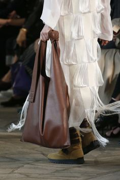 Brown tote bag on the runway. Big Tote Bags, Womens Tote Bags, Loewe Bag, Minimal Dress, Fashion News, Fashion Outfits, Leather Bags Handmade, Cloth Bags, Bag Accessories