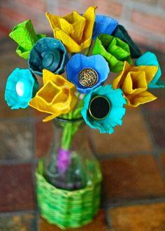 Elabora centros de mesa hechos con flores de cartones de huevo Solountip.com: DIY