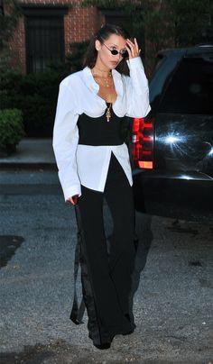 Πώς να φορέσω τον κορσέ; Η Βella Hadid σού δείχνει πώς να συνδυάσεις τον κορσέ για μία εντυπωσιακή και κομψή εμφάνιση. Θα το τολμήσεις;