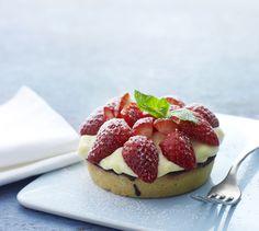 Skal du bage en lækker jordbærkage, skal den helst smage som bagerens egen opskrift. Her får du opskriften på den lækreste jordbærkage med marcipan og vaniljecreme.