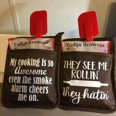 Cookie Mix and Oven Mitt Gift Embellished with Heat Transfer Vinyl (HTV) Homemade Christmas Gifts, Homemade Gifts, Christmas Crafts, Xmas, Personalized Christmas Gifts, Shilouette Cameo, Vinyl Gifts, Craft Show Ideas, Cricut Creations