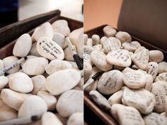 Stenen met wensen als alternatief gastenboek. DIY: Creatief gastenboek | ThePerfectWedding.nl