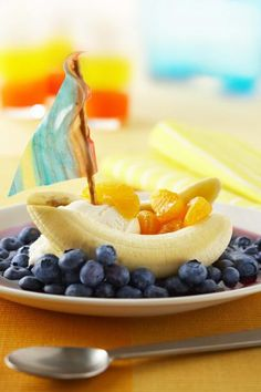 """Blue Banana Boats: Get your kids in the kitchen! Inviting little ones to get their hands """"dirty"""" is a great way to learn about nutrition. extra fun & healthily"""