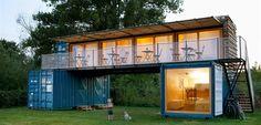 Architekti z pražského studia ARTIKUL architekti navrhli malý mobilní hotel nazvaný ContainHotel z použitých námořních kontejnerů. Odvážný projekt vyrostl v surfařském kempu na břehu Labe u Litoměřic.