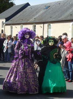 Parade de costumes et de masques vénitiens historiques Captain Hat, Crown, Costumes, Hats, Fashion, Venetian Masks, History, Moda, Dress Up Clothes