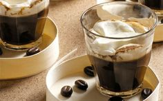 Kanelkaffe med flødeskum En julevariant af kaffen efter et godt måltid. Der er både farin og piskefløde i, så du kan servere kaffen som en slags dessert.