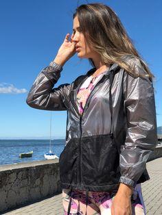 befdcfbab08 Nossa jaqueta corta vento tem forro na touca e nos bolsos. Toda fábrica no  tecido