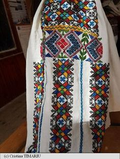 Folk Embroidery, Embroidery Patterns, Spinning Circle, Folk Costume, Costumes, Palestinian Embroidery, Peasant Blouse, Romania, Hippie Boho