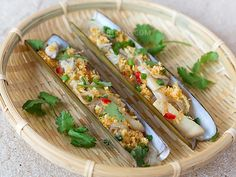 Steamed Bamboo Clams with Crispy Garlic This is an easy recipe for steamed bamboo clams. Tang hoon (mung bean vermicelli) is placed beneath the clam meat so that it can soak up all the seafood juices released during steaming. The clams are topped in crispy garlic oil for that extra crunch and