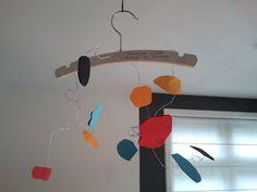 """Alexander Calder: Na het lezen van ; """"De draad van Alexander"""", maken de kinderen hun eigen mobile van een (baby)kledinghanger. Hangend aan een draad.........steeds in beweging!"""