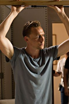 Tom Hiddleston as Jonathan Pine in The Night Manager (episode 3). «um this is bicep.. I mean nice