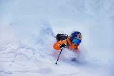 Matilda Rapaport im Powder in Alaska für A Skier Knows