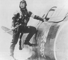 """軍刀を手に、胴体に""""必殺""""の文字の書かれた愛機の四式戦に乗り込もうとする第五十七振武隊唐沢鉄次郎少尉。昭和20年5月25日、沖縄西方洋上の敵艦に突入、散華した。 #special_attack #tokkō #kamikaze"""