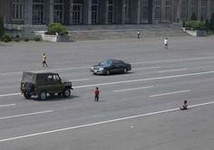 Τα αυτοκίνητα είναι λιγοστά στη Βόρεια Κορέα και τα παιδιά παίζουν στους δρόμους