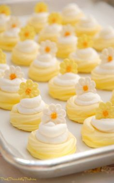 Today& recipe is super cute and super fun - Mini Lemonade Pavlovas! The shell is tart , the filling is sweet , and it& topped wi. Lemon Desserts, Lemon Recipes, Tart Recipes, Mini Desserts, Just Desserts, Cookie Recipes, Delicious Desserts, Dessert Recipes, Plated Desserts