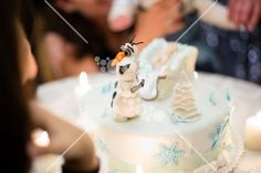 Olaf's cake white and blue Olaf Cake, White Flowers, Party Themes, Birthday Cake, Desserts, Blue, Food, Tailgate Desserts, Deserts