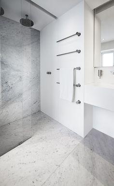 Badeværelse med eksklusiv dobbeltbruser med ekstra langt linjeafløb dekoreret med marmor, som matcher resten af gulvet i badeværelset. unidrain®: HighLine & modul1100. #Mette Julie Skibsholt, Kreativ Leder, Arkitekt, Arkitema Architects