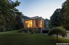 В австрийской глубинке расположен небольшой особняк, особенностью которого является резной фасад. Проектом дома занимался архитектор Alexander Diem. Вилла имеет название Villa Am See. Фасад сделан из дерева, и когда солнце попадает в причудливой формы отверстия, игра света и тени представляет собой красивейшее зрелище.