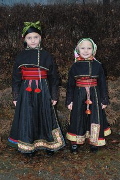 Previous pinner: My two girls in beltestakk from Heddal,Telemark, Norway. Ethnic Fashion, Fashion Art, Norwegian Clothing, Norwegian Vikings, Children's Book Writers, Costumes Around The World, Art Populaire, Tribal People, Folk Costume