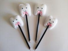 lápis com dente, podendo ser em feltro ou em eva, depende da sua escolha. Pode ser dado de lembrança de formatura ou de brinde no consultório