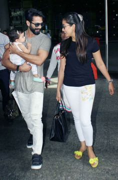bollywoodmirchitadka: Shahid Kapoor and Mira Rajput with Baby Misha Snap. Bollywood Images, Bollywood Couples, Bollywood Stars, Bollywood Celebrities, Bollywood Actress, Misha Kapoor, Mira Rajput, Dress Suits For Men, Shahid Kapoor