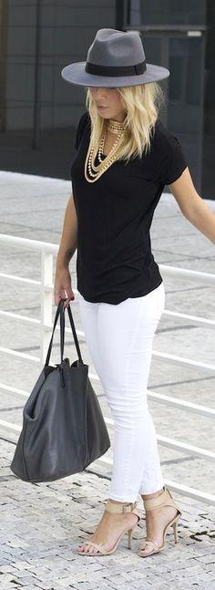 SUGERENCIA PARA COMBINAR LOS JEANS BLANCOS Hola Chicas!!! Les dejo una galería de fotografías con outfits de jeans blancos y como pueden combinarlos, a mi en lo personal me encanta como se ven con cazadoras (blazer) de jeans para el otoño en esos dias todavia hay dias templados y te veras genial para una salida casual.
