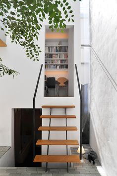 手すり、階段の踏面とそれを支えるスチール材にも軽やかなモダンな処理が施されている。