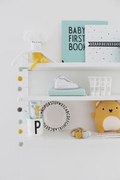 Design Letters Arne Jacobsen kinderbord / Baby's first book / Mok - String… Baby Boy Rooms, Baby Bedroom, Baby Room Decor, Nursery Room, Kids Bedroom, Nursery Decor, Nursery Shelves, Kids Room Design, Baby Kind