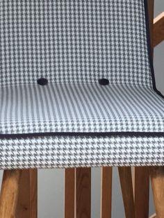 Odrestaurowane krzesła vintage z nowym obiciem wykonanym zmateriału tapicerskiego w kolorze beżowym w pepitkę z…