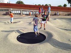 """Projet """"On va marcher sur la lune"""".  La ville de Nantes a commandé la création d'un espace ludique aux aspects lunaire.  Le sol construit en EPDM comprend 7 trous (2 gros, 5 petits) où ont été placé des trampolines.  L'EPDM permet cette sensation de souplesse sous le pied. En ajoutant les trampolines, l'effet d'apesanteur voulu par les architectes est accentué.  Les équipes de Mobiplay service, chargé de la réalisation, ont aussi ajouté des traces de pas d'astronautes, ainsi que des…"""