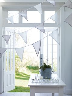 this looks so summery and fresh...reminds me of sheets drying on the clothesline on a summer day.
