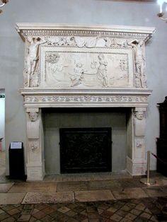 """Chateau-Ecouen- CHEMINEE DE LA GALERIE DE PSYCHE. La galerie de Psyché est ainsi nommée en raison de ses vitraux qui racontaient les amours de Psyché et de Cupidon d'après l'Ane d'or d'Apulée. Remontés dans une galerie au château de Chantilly, ces vitraux de grisaille aux tons bruns parfois relevés de jaune d'argent et datés de 1544 sont incorporés des gravures du """"Maïtre au dé"""" actif entre 1532 et 1550."""