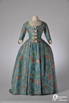 Robe à la française in blauwe taftzijde  1735