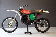 Montesa Enduro 250 - Pasada A Cappra VB Motocross Triumph Tiger, Retro Bike, Vintage Motocross, Cafe Racer Bikes, Motorcycle Engine, Street Tracker, Racing Motorcycles, Classic Bikes, Vintage Bikes