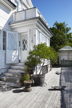 Lovely family deck area and weatherboard exterior . Colonial Exterior, Exterior Design, Villa, Sas Entree, Outdoor Spaces, Outdoor Living, Dere, House Extensions, Scandinavian Home