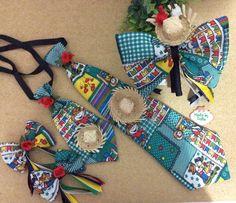 Kit contendo 1 gravata p, 1 gravata G, 2 presilhas lacinhos e uma tiara  laçao. Cores  vermelha,azul ou verde 2fe6e71aca