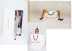 """2008 - Marc Jacobs abraza las piernas de Victoria Beckham. La ex spice girl y esposa de David Beckham, """"un producto en sí mismo"""" en palabras de Teller, es la nueva imagen publicitaria de la campaña de 2008 de Marc Jacobs aunque su fotógrafo, siempre atrevido, ha optado por prescindir de uno de los rostros más vistos de los últimos años y utilizar, en cambio, sus pies y sus piernas."""