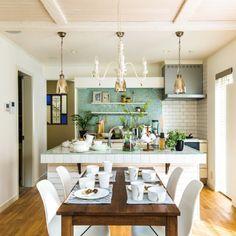InterDecoHausさんの、キッチン,ステンドグラス,カフェ風,かわいい,タイルキッチン,アイアンブラケット,アイランドキッチン,ガラスタイル,グリーンのある暮らし,インターデコハウス,パネリング,北欧フレンチ,のお部屋写真